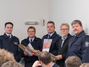 v.l.n.r.: Jan Plettenberg (Vereinsvorsitzender) mit den Jubilaren Torsten Neurath, Markus Manß und Erhard Schaeffer sowie dem Wehrführer Jörg Brüssler
